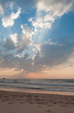 Tramonto in spiaggia di Algarve Castelejo, Portogallo Immagini Stock