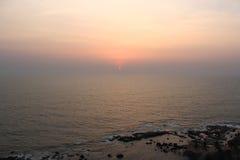 Tramonto in spiaggia di Anjuna fotografie stock libere da diritti