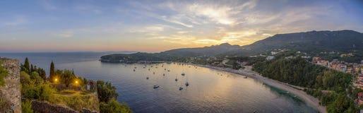 Tramonto - spiaggia Valtos in Parga, Grecia fotografia stock