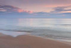 Tramonto splendido sopra l'oceano e la spiaggia Immagini Stock Libere da Diritti