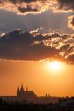 Tramonto straordinario di Praga sopra la st Vitus Cathedral, repubblica Ceca Immagini Stock Libere da Diritti