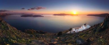 Tramonto stupefacente a Panagia Theoskepasti, sulla roccia di Skaros a Imerovigli, Santorini, Creta, Immagini Stock Libere da Diritti