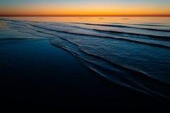 Tramonto stupefacente vivo negli stati baltici - il crepuscolo nel mare con l'orizzonte si illumina dal sole fotografia stock libera da diritti