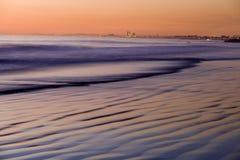 Tramonto su Pacifico alla spiaggia di Newport Immagini Stock Libere da Diritti