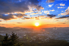 Tramonto su Seoul, la migliore vista della Corea con il centro commerciale del mondo di Lotte alla fortezza di Namhansanseong fotografia stock