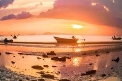 Tramonto su un fondo dei pescherecci Fotografia Stock Libera da Diritti