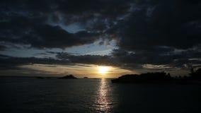 Tramonto su un'isola tropicale video d archivio