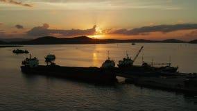 Tramonto su un'isola tropicale con un porto marittimo video d archivio