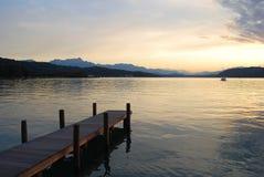 Tramonto su un lago alpino Fotografia Stock