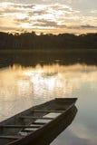Tramonto su un lago con la canoa, parco nazionale di Madidi bolivia Immagine Stock