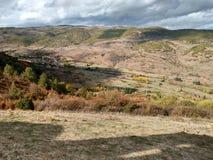 Tramonto su una collina a Ezcaray immagini stock libere da diritti