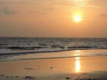 Tramonto su una spiaggia Fotografie Stock Libere da Diritti