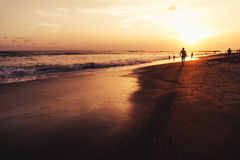 Tramonto su una spiaggia in Bali Fotografie Stock