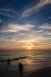 Tramonto su una spiaggia calma del litorale del golfo Immagine Stock