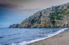 Tramonto su una spiaggia dell'isola di panarea fotografia stock libera da diritti