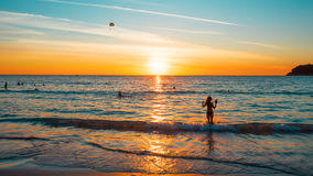 Tramonto su una spiaggia tropicale L'allungamento dell'immagine è 16:9 Immagine Stock Libera da Diritti