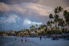 Tramonto su una spiaggia tropicale in Punta Cana fotografie stock libere da diritti