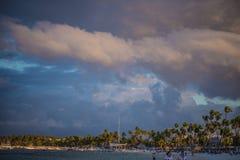 Tramonto su una spiaggia tropicale in Punta Cana immagine stock libera da diritti
