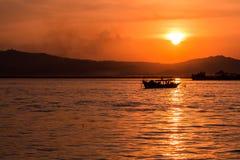 Tramonto sul fiume di Irrawaddy fotografie stock libere da diritti