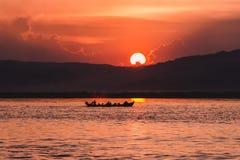 Tramonto sul fiume di Irrawaddy fotografia stock libera da diritti