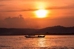Tramonto sul fiume di Irrawaddy immagini stock libere da diritti