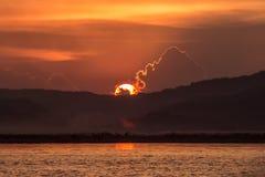 Tramonto sul fiume di Irrawaddy immagini stock