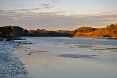 Tramonto sul fiume ghiacciato della Nuova Inghilterra Immagini Stock Libere da Diritti