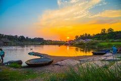 Tramonto sul fiume indiano, Hampi, India Fotografia Stock