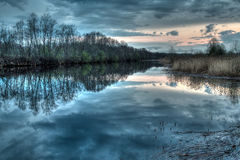Tramonto sul fiume nella provincia russa Fotografia Stock