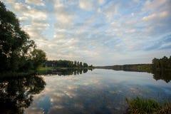 Tramonto sul grande lago Fotografia Stock