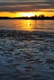 Tramonto sul lago del ghiaccio fotografia stock libera da diritti