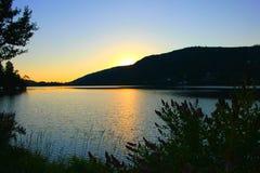 Tramonto sul lago di gerardmer in Francia immagine stock