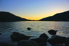 Tramonto sul lago di gerardmer in Francia fotografie stock libere da diritti