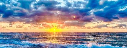 Tramonto sul mare con un cielo nuvoloso scenico, Italia fotografia stock