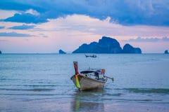 tramonto sul mare delle Andamane, provincia di Krabi, Tailandia Fotografie Stock Libere da Diritti