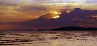 tramonto sul mare delle Andamane, provincia di Krabi, Tailandia Immagine Stock Libera da Diritti