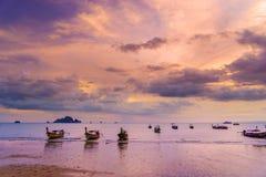 tramonto sul mare delle Andamane, provincia di Krabi, Tailandia Immagine Stock