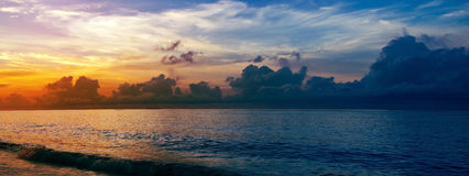 Tramonto sul paradiso tropicale della costa Fotografia Stock