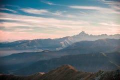 Tramonto sul picco di montagna maestoso, effetto d'annata del film Fotografie Stock