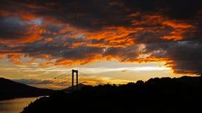 Tramonto sul ponte all'isola di Oshima in Seto Inland Sea fotografie stock