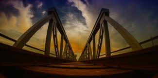 Tramonto sul ponte ferroviario HDR immagine stock libera da diritti