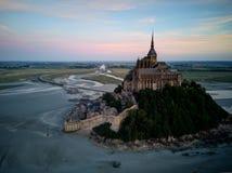 Tramonto sull'abbazia di Michel del Mont-san, Francia immagini stock