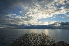 Tramonto sull'Adriatico Cielo di autunno sopra il mare fotografia stock