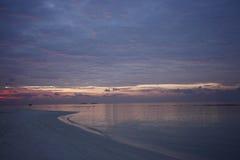 Tramonto sull'isola di vacanze delle Maldive Immagine Stock Libera da Diritti