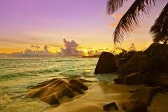 Tramonto sulla fonte D'Argent della spiaggia alle Seychelles Fotografia Stock
