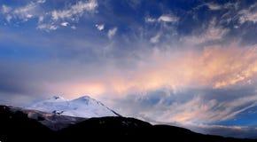 Tramonto sulla montagna della neve Immagine Stock