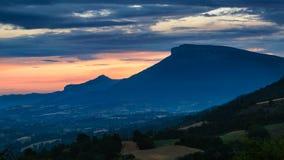 Tramonto sulla montagna di Ceuze nelle Hautes-Alpes, alpi, Francia Immagini Stock