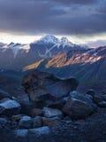 Tramonto sulla montagna e sulla pietra Immagine Stock
