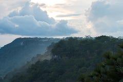 Tramonto sulla montagna nel cielo Fotografia Stock Libera da Diritti