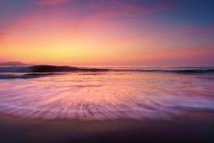 Tramonto sulla riva della spiaggia fotografia stock libera da diritti